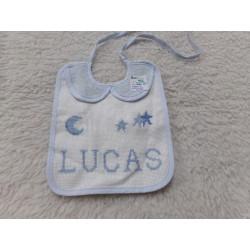 Babero bordado LUCAS. Sin uso