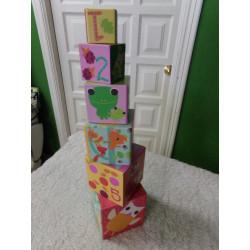 Cubos encajables de cartón....